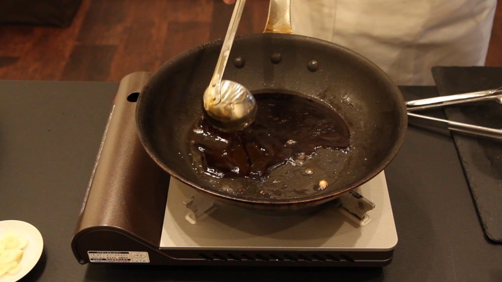 フライパンに醤油を入れる